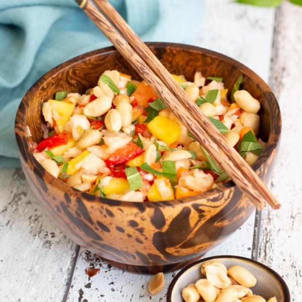 Knollensellerie als Salat mit Mango, Paprika, Koriander und Erdnüssen