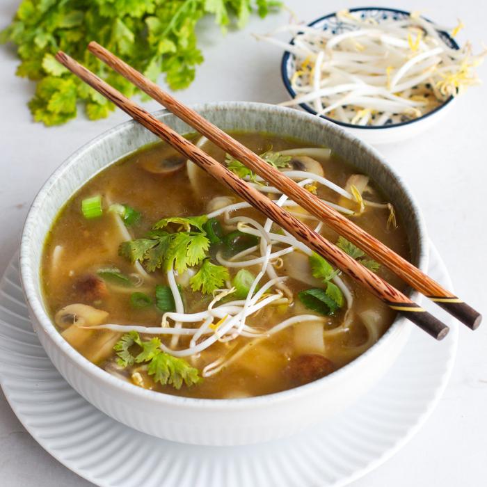 Vegetarische Pho mit Pilzen und Reisnudeln