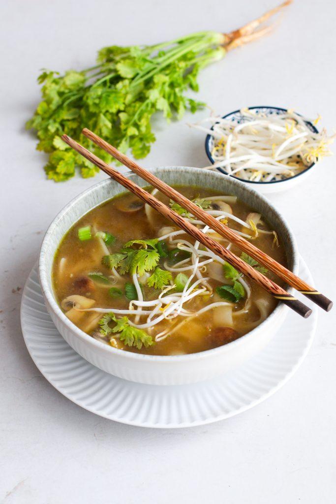 Vegetarische Pho mit Pilzen, Sprossen und Reisnudeln