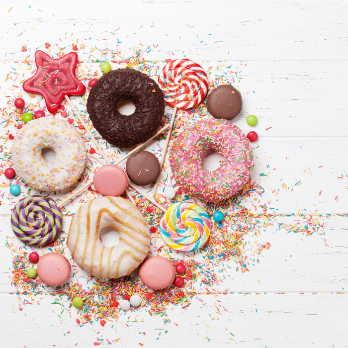 Süßigkeiten wie Donuts und Schokolade, die Heißhunger auslösen