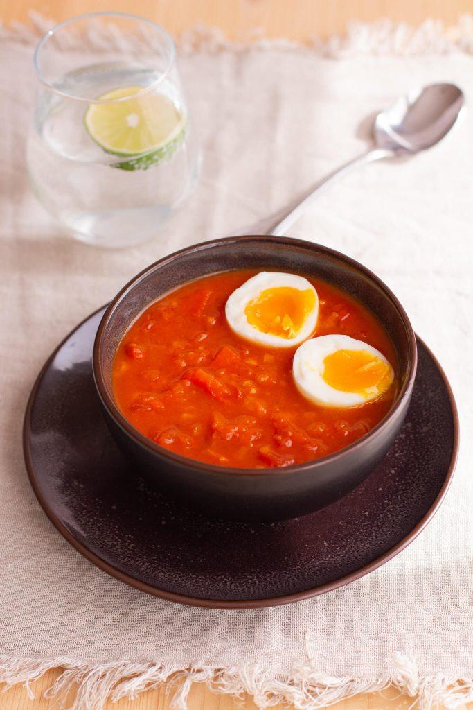 Tomaten-Curry mit wachsweichem Ei