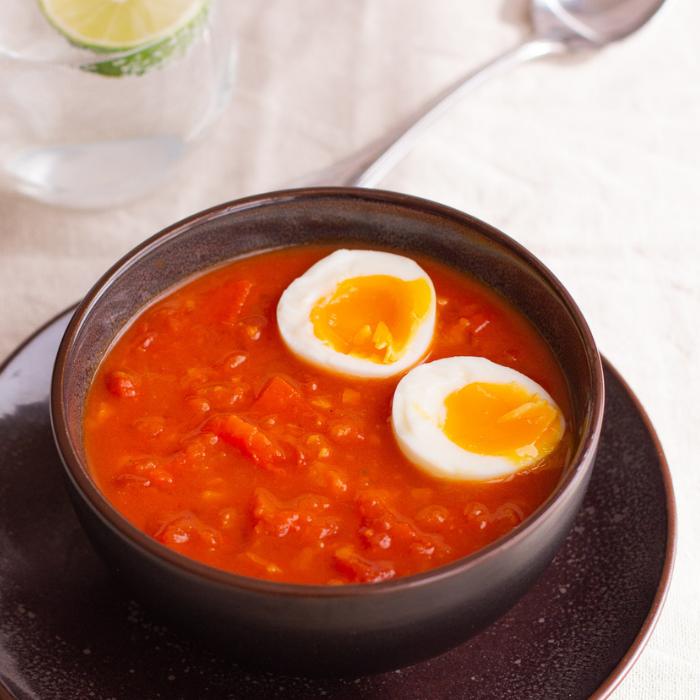 Tomaten-Curry mit Paprika, Möhren und wachsweichem Ei