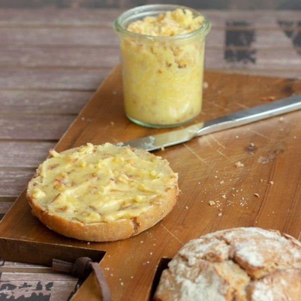 Vegetarisches Apfel-Zwiebel_Schmalz mit Butter, Apfelstückchen und Röstzwiebeln