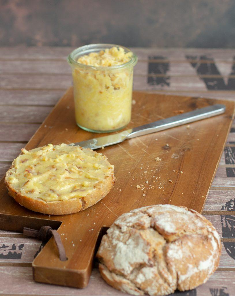 Vegetarischer Brotaufstrich Apfel-Zwiebel-Schmalz mit Butter, Apfelstückchen und Röstzwiebeln