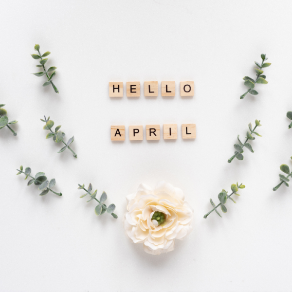 Blumen und Buchstaben die Hello April formen